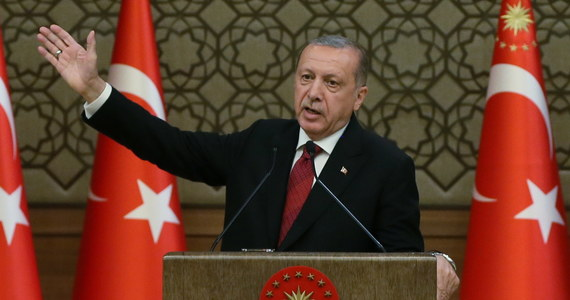 """Nowo zaprzysiężony prezydent Recep Tayyip Erdogan przyrzekł w poniedziałek budowę """"silnej Turcji"""" z rozwiniętą gospodarką, w tym potężnym przemysłem obronnym. Zapewnił, że będzie prezydentem wszystkich Turków. Krytycy Erdogana obawiają się zwrotu ku autokracji."""