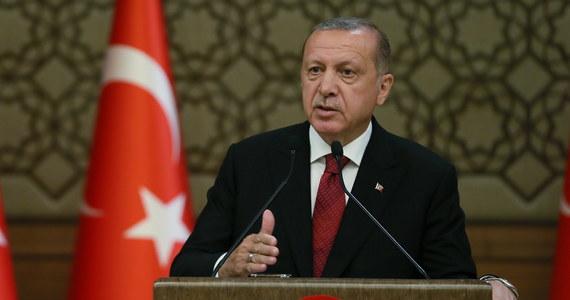Prezydent Turcji Recep Tayyip Erdogan, podczas ceremonii w Ankarze, kilka godzin po tym, jak został zaprzysiężony w parlamencie na kolejną kadencję, mianował swego zięcia Berata Albayraka na stanowisko ministra skarbu i finansów - podał Reuters.