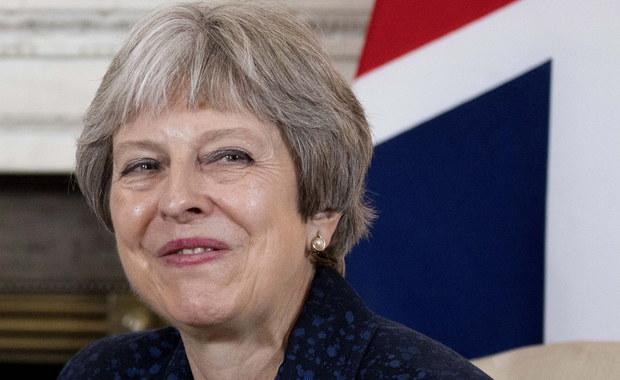 Brytyjska premier Theresa May bandażuje rany. Po rezygnacji dwóch ważnych ministrów premier Theresa May zatamowała krwotok, ale czy starczy jej sił na dalszą batalię o Brexit. Pierwszy zadał cios odpowiedzialny za negocjacje z Brukselą David Davis. Kilka godzin później do dymisji podał się Boris Johnson – szef dyplomacji i niesforne dziecko brytyjskiej polityki. Wciąż nie wiadomo, czy zrobił to w geście protestu przeciwko miękkiej wizji Brexitu pani premier, czy z chęci przejęcia jej stanowiska. Czas pokaże.