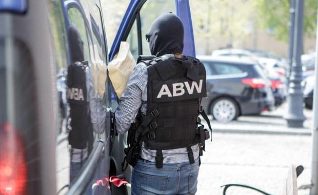 Agencja Bezpieczeństwa Wewnętrznego zatrzymała na Okęciu mężczyznę podejrzewanego o kierowanie grupą przestępczą wyłudzającą podatek VAT przy obrocie paliwami i olejem rzepakowym. Grupa miała narazić Skarb Państwa na co najmniej 36 mln zł strat.