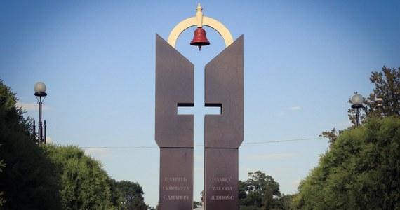 11 lipca 1943 działacze i zwolennicy Ukraińskiej Powstańczej Armii i Organizacji Ukraińskich Nacjonalistów dokonali ataku na blisko setkę polskich miejscowości, brutalnie mordując swoich sąsiadów. To był kulminacyjny dzień Rzezi Wołyńskiej, który przeszedł do historii jako Krwawa Niedziela na Wołyniu. Na zachodniej Ukrainie był nasz wysłannik Krzysztof Berenda, który oprowadził słuchaczy RMF FM i internautów portalu RMF24 po pustych polach, na których kiedyś stały polskie wsie i osady, a dziś pod tymi polami znajdują się masowe groby. Wiele z nich prawdopodobnie do dziś nie odkrytych.