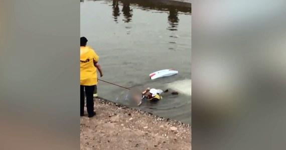 Strażak dokonał niezwykłej akcji ratunkowej w Mesie w Stanach Zjednoczonych. Z niewiadomych przyczyn kobieta wjechała samochodem do kanału. Bohaterski strażak pomógł wydostać się kobiecie z zanurzonego auta. Jej życiu nie zagraża niebezpieczeństwo.