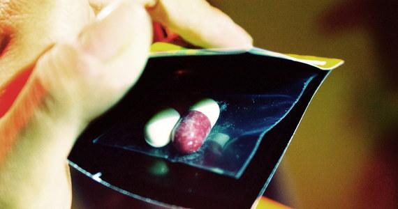 Dopalacze będą traktowane jak narkotyki. Za posiadanie znacznej ilości tych nowych środków psychoaktywnych będzie groziło do 3 lat więzienia, a za handel nimi nawet na 12 lat. Rada Ministrów przyjęła w środę projekt nowelizacji ustawy o przeciwdziałaniu narkomanii i ustawy o Państwowej Inspekcji Sanitarnej, przedłożony przez ministra zdrowia.