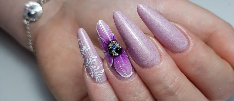 Trendy zmieniają się dość szybko, a pory roku mają duży wpływ na to jaki kolor lakieru do paznokci wybierzemy. Latem i wiosną świetnie wyglądają barwy pastelowe, jesienią i zimą natomiast przygaszone. Kolor paznokci wybieramy do karnacji, stroju, okoliczności, ale też często ich kolor zdradza charakter i upodobania ich właścicielki. Spójrz, jaki kolor wybrała, a dowiesz się, czy jest skromna i nieśmiała, czy raczej energiczna i kreatywna.