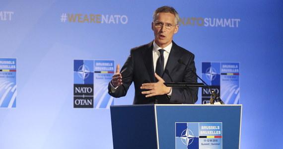 """""""Przywódcy 29 państw NATO, którzy spotkali się na szczycie w Brukseli, zdecydowali, żeby zaprosić rząd Macedonii do negocjacji akcesyjnych"""" - poinformował na konferencji prasowej sekretarz generalny NATO Jens Stoltenberg. """"Zgodziliśmy się dzisiaj zaprosić rząd w Skopje do rozpoczęcia negocjacji akcesyjnych"""" - oświadczył szef NATO. Zaznaczył, że NATO z zadowoleniem przyjęło zawarcie porozumienia między Macedonią a Grecją w kwestii nazwy państwa. Dodał, że rozmowy będą mogły się rozpocząć, gdy sfinalizowane zostanie porozumienie i formalne procedury w sprawie nowej nazwy tego kraju."""