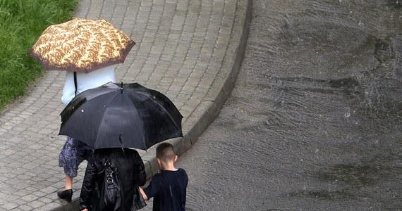 Instytut Meteorologii i Gospodarki Wodnej wydał ostrzeżenia przed burzami z intensywnymi opadami deszczu dla dwóch województw - pomorskiego i zachodniopomorskiego. Niespokojnie ma być także w południowej, wschodniej i centralnej Polsce. W weekend burze ustąpią, ale będzie pochmurnie i deszczowo.