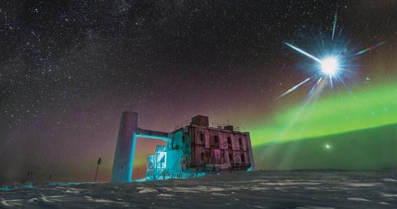 """Zaledwie parę lat po pierwszej obserwacji fal grawitacyjnych fizycy i astronomowie otwierają kolejne okno na Wszechświat. Międzynarodowy zespół naukowców z kilku laboratoriów ogłosił właśnie, że po raz pierwszy udało się zlokalizować odległe źródło wysokoenergetycznych cząstek, neutrin. Ich obserwacja to miedzy innymi droga do lepszego zrozumienia promieniowania kosmicznego i jeszcze dokładniejszych badań historii Wszechświata. Pisze o tym w najnowszym numerze czasopismo """"Science"""". Neutrina, które zarejestrowano w Obserwatorium IceCube na Biegunie Południowym, przywędrowały do nas z aktywnej galaktyki, położonej blisko 4 miliardy lat świetlnych od nas."""