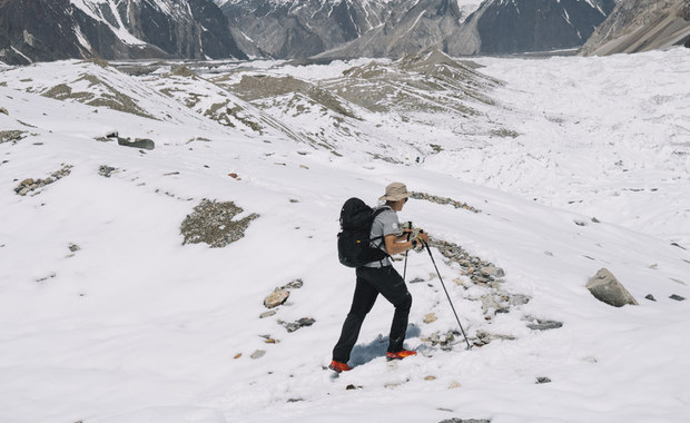 Andrzej Bargiel, który drugi rok z rzędu będzie próbować pierwszego zjazdu na nartach z drugiego szczytu świata, K2, założył już obóz trzeci. Bargiel miał się aklimatyzować na innym ośmiotysięczniku - Gaszerbrumie II, jednak obfite opady śniegu pokrzyżowały te plany.