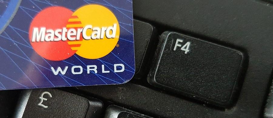 Mastercard po awarii. Problemy z płatnościami kartą występowały we wszystkich bankach w Polsce, nie działały również wypłaty z bankomatów. Po godzinie 21 Mastercard poinformował o usunięciu awarii i przeprosił klientów za niedogodności. Z podobnym problemem na początku czerwca zmagała się VISA.