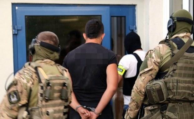 """Stołeczna policja zatrzymała 8 osób podejrzanych o udział w zorganizowanej grupie przestępczej handlującej narkotykami w okolicach Piaseczna. Przestępcy byli wyjątkowo brutalni, zastraszali klientów i konkurencję. Postrzelili Marka K.ps.""""Muł"""", ówczesnego szefa mafii z Piaseczna."""