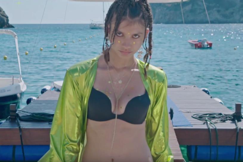 """Poniżej możecie zobaczyć wakacyjny teledysk """"Angelina"""", którym przypomina się Jacek Stachursky."""