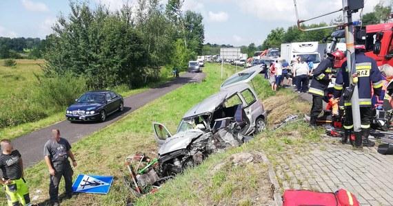Do poważnego wypadku doszło na drodze nr 94 w Bolesławiu w Małopolsce. W zdarzeniu brała udział karetka, samochody zderzyły się w rejonie skrzyżowania. Niestety w wypadku zginęła jedna osoba.