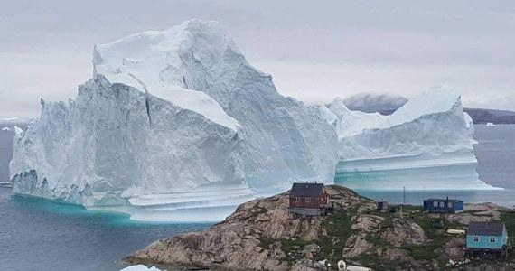 Gigantyczna góra lodowa zagraża bezpieczeństwu mieszkańców niewielkiej miejscowości należącej do Danii Grenlandii. Na wszelki wypadek zarządzono ewakuację.