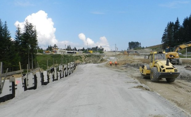 Chińskie przedsiębiorstwo wybuduje ostatni etap zakopianki z Rdzawki do Nowego Targu. Z sześciu złożonych ofert w przetargu na zaprojektowanie i budowę dwujezdniowej drogi krajowej nr 47 Generalna Dyrekcja Dróg Krajowych i Autostrad wybrała ofertę złożoną przez firmę Stecol Corporation z Chin.