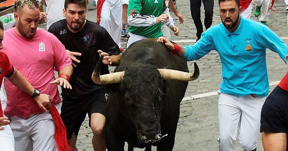 Jedna osoba została wzięta na rogi, a trzy inne zostały poturbowane w siódmej gonitwie z bykami w Pampelunie, na północy Hiszpanii, odbywającej się w ramach fiesty ku czci świętego Fermina - poinformowały miejscowe służby medyczne. Od 1910 roku w biegach tych zginęło co najmniej 16 osób, ostatnio w 2009 roku.