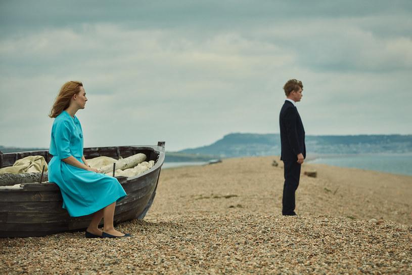 """Autorem zdjęć do """"Na plaży Chesil"""" jest Sean Bobbit, jeden z czołowych brytyjskich operatorów, znany choćby ze współpracy ze Stevem McQueenem (""""Zniewolony. 12 Years a Slave"""", """"Wstyd""""). Bobbittowi zależało, żeby """"Na plaży Chesil"""" sfilmować na taśmie 35mm, co umożliwiło wykorzystanie w pełni walorów krajobrazu i aspektu vintage opowiadanej historii. """"Mowa o filmie, którego akcja osadzona jest w latach 60. - obraz analogowy był kluczowy, aby oddać charakter epoki"""" - tłumaczy operator."""