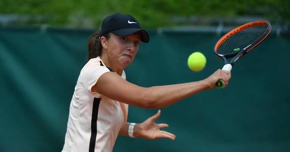"""Iga Świątek pokonała rozstawioną z """"czwórką"""" chińską tenisistkę Xinyu Wang 7:5, 7:6 (7-1) w półfinale rywalizacji juniorek w Wimbledonie. 17-letnia Polka po raz pierwszy zagra o tytuł w singlowych zmaganiach w Wielkim Szlemie."""
