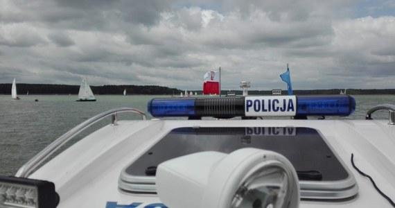 Po godzinie pierwszej nad ranem ratownicy otrzymali zgłoszenie o zaginięciu łodzi motorowej, którą dwóch mężczyzn wypłynęło na jezioro Otmuchowskie. Ponieważ istniało zagrożenie, że łódź uległa wypadkowi, na poszukiwania zaginionych ruszyła policja, ratownicy WOPR i sześć jednostek straży pożarnej.