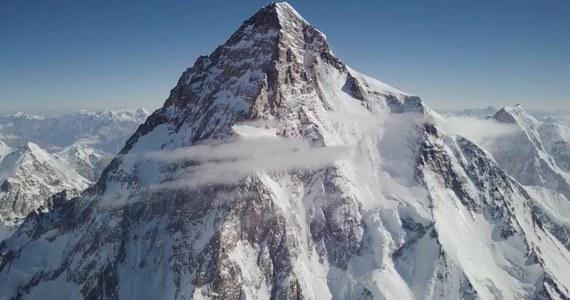 """Andrzej Bargiel drugi raz podejmuje próbę zjazdu na nartach ze szczytu K2. W ostatnich dniach polski himalaista i narciarz wysokogórski założył obóz trzeci na wysokości 7 tysięcy metrów i w niedzielę planuje wyjść kolejny raz i dojść nawet do obozu czwartego. """"Od tygodnia jest dobra pogoda, jutro wychodzę do obozu trzeciego, może wyżej, do obozu czwartego, gdzieś w okolice 7800 metrów i chce wrócić do bazy tego samego dnia"""" – mówi w rozmowie z Urszulą Gwiazdą z RMF FM Andrzej Bargiel. Polak zdradza też, komu będzie kibicował w niedzielnym finale mundialu."""