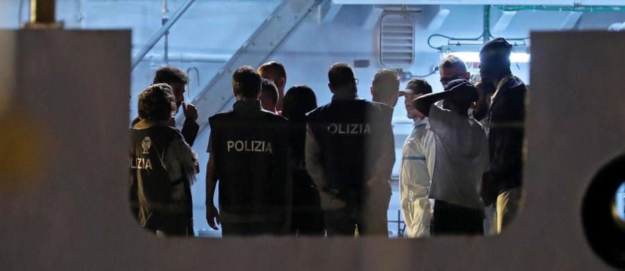 MSZ Włoch rozesłał noty dyplomatyczne do ambasad wszystkich państw członkowskich UE z apelem do ich rządów o wyrażenie gotowości przyjęcia części z 450 migranów przybyłych z Libii w rejon Sycylii. Władze w Rzymie proszą o ich rozlokowanie w krajach Unii.