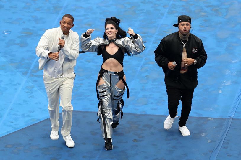 """Will Smith, Era Istrefi i Nicky Jam wykonali swój mundialowi hit """"Live It Up"""" podczas ceremonii zakończenia Mistrzostw Świata w Piłce Nożnej w Rosji. Oprócz tria publiczność rozruszała Aida Garifullina tradycyjną rosyjską pieśnią """"Kalinka""""."""