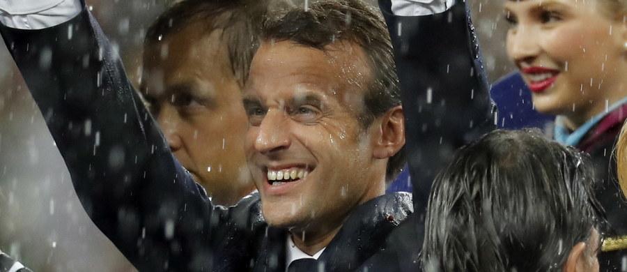 """Prezydent Francji Emmanuel Macron nie krył radości z triumfu """"Trójkolorowych"""" w finale piłkarskich mistrzostw świata w Moskwie z Chorwacją 4:2. """"To jest puchar, po który przyjechaliśmy. Jestem bardzo szczęśliwy i dumny"""" - powiedział."""