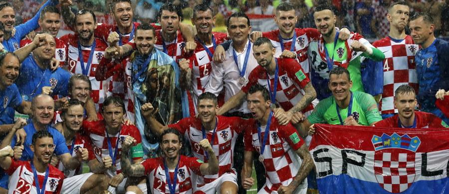 """Dumny z bohaterów"""", """"Wielki szacunek"""" - to niektóre z tytułów, którymi chorwackie media świętują wicemistrzostwo świata wywalczone przez reprezentację tego kraju na mundialu w Rosji. Podkreślają, że postawą w całym turnieju piłkarze sprawili, że """"kibicował nam cały świat""""."""