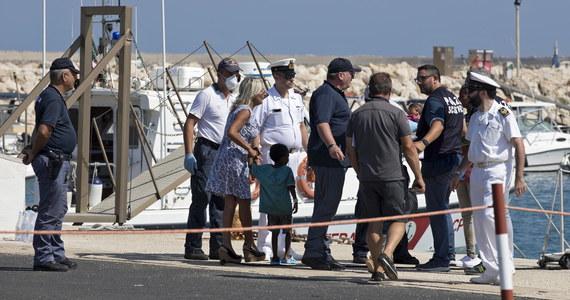 """Za swoje """"polityczne zwycięstwo"""" uznał rząd Włochy wynik prowadzonej przez siebie ofensywy dyplomatycznej, która doprowadziła do tego, że pięć krajów UE - Francja, Niemcy, Malta, Hiszpania i Portugalia - przyjmie po 50 migrantów z 450 przybyłych w rejon Sycylii."""