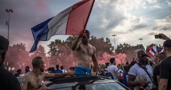 Grupy chuliganów i młodzieżowe bandy z imigranckich gett popsuły zabawę francuskim kibicom świętującym zwycięstwo Trójkolorowych - tak nocne starcia uliczne z policją w Paryżu i innych miastach Francji komentują nadsekwańskie media.