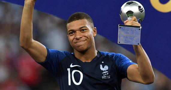 """""""Władcy świata"""", """"wieczne szczęście"""", """"wielka wygrana"""" - to tytułu z pierwszych stron francuskich gazet po zwycięstwie Trójkolorowych w mundialowym finale z Chorwacją. Paryscy komentatorzy nie szczędzą pochwał pod adresem najmłodszego gwiazdora francuskiej drużyny."""