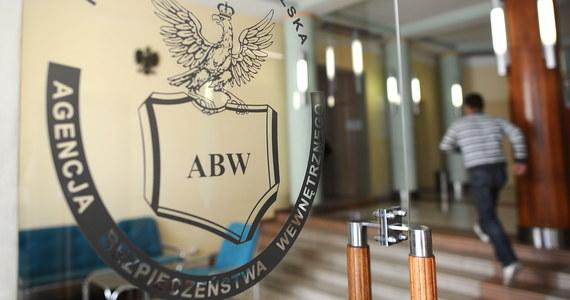 Agencja Bezpieczeństwa Wewnętrznego zatrzymała lekarza, byłego biegłego sądowego z Warszawy, podejrzewanego o przyjmowanie łapówek w zamian za korzystne dla pacjentów orzeczenia o stanie zdrowia - dowiedziała się PAP.