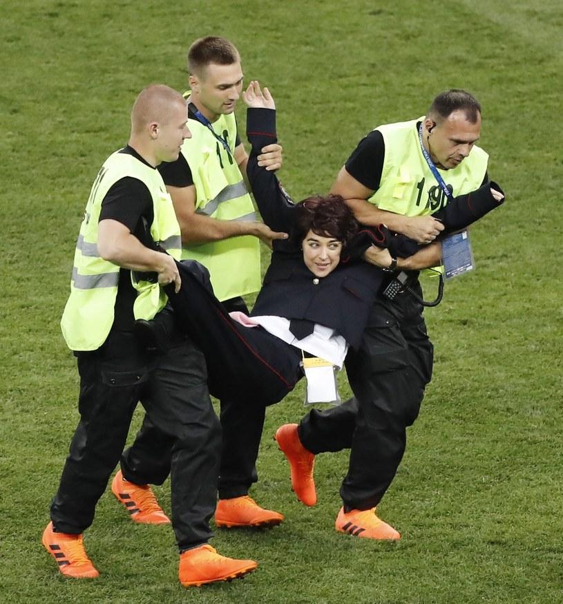 Członkowie Pussy Riot, którzy wtargnęli na murawę podczas finałowego spotkania tegorocznych mistrzostw świata w piłce nożnej, zostali aresztowani i obecnie przebywają na jednym z moskiewskich komisariatów. Podczas przesłuchania jeden z policjantów wprost powiedział, że chciałby żyć w 1937 roku, gdyż wtedy mógłby zająć się protestującymi w inny sposób.