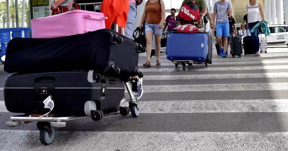 Prawie dwustu turystów z Polski przez dobę czekało na powrót z wakacji z Hiszpanii. Samolot czarterowy linii Ryanair Sun, którym mieli wrócić, miał wylecieć w niedzielę po południu z Majorki.