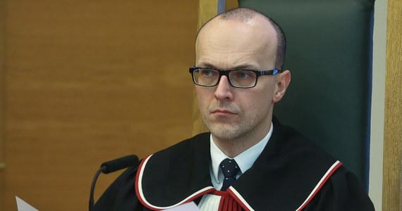 """Kolejne spięcie w Trybunale Konstytucyjnym. Sędzia Marek Zubik, który od 17 miesięcy nie uczestniczył w wydaniu żadnego z wyroków, pisze do prezes Julii Przyłebskiej, że to ona sama doprowadziła do takiej sytuacji. Zubik odpowiedział na pismo, w którym prezes TK nazwała go sędzią """"nie wykonującym czynności orzeczniczych""""."""