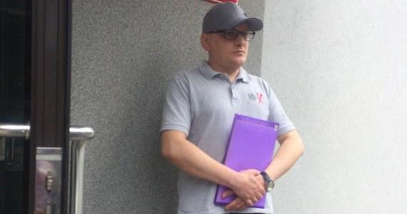 42-letni pan Rafał choć żyje, od grudnia ubiegłego roku uznany jest za zmarłego. W Szpitalu Miejskim w Sosnowcu pomylono go z pacjentem, który zmarł. Miał tak samo na imię i nazwisko. Obaj panowie urodzili się w tym samym roku. Dziś w Sądzie Rejonowym w Sosnowcu odbyło się posiedzenie w sprawie pana Rafała. Za tydzień sąd ma wydać orzeczenie, dzięki któremu mężczyzna wróci do żywych.
