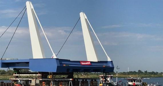 Ruszył montaż dwóch zwodzonych przęseł nowego mostu na Wyspę Sobieszewską w Gdańsku. Most Niepodległości - bo taką nazwę ma nosić - zastąpi wysłużony, prowizoryczny most pontonowy, który w latach 70. zamontowano… do czasu budowy nowej przeprawy. Powstający most będzie miał najdłuższy zwodzony fragment w Polsce.