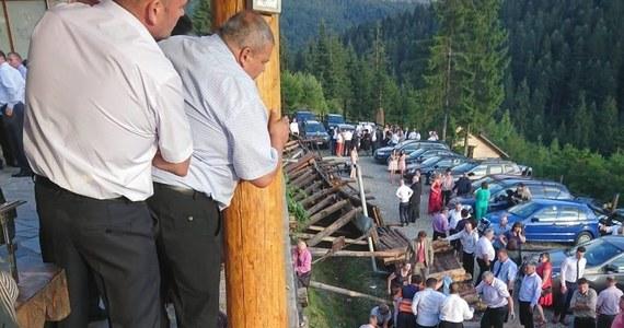Rumuńskie władze poinformowały, że 18 gości weselnych zostało rannych, w tym czterech ciężko, gdy zarwała się drewniana balustrada na tarasie restauracji w górskim mieście Durau na północy Rumunii - poinformowały w poniedziałek media rumuńskie.