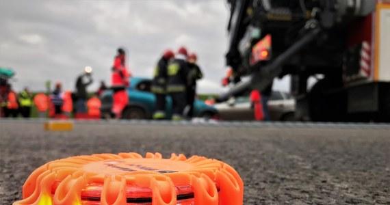Dwa samochody ciężarowe i jeden osobowy uczestniczyły w wypadku na opolskim odcinku autostrady A4 pod Brzegiem. Jak informuje oficer dyżurny KW Państwowej Straży Pożarnej w Opolu droga w kierunku Wrocławia była zablokowana.