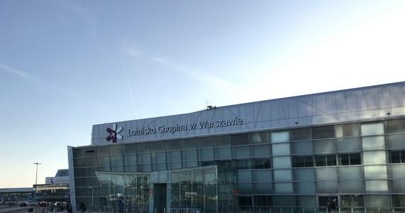Około 180 pasażerów czeka od rana na warszawskim lotnisku Chopina na wylot do stolicy Albanii Tirany. Czarterowy samolot Ryanair miał wylecieć o 6:45. Informację o tym dostaliśmy na Gorącą Linię RMF FM.