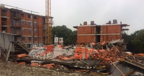 Nowo budowany blok zawalił się przy ulicy Koziej w Bielsku-Białej. Według naszych nieoficjalnych informacji, doszło tam nie tylko do wybuchu, ale także do pożaru. Policjanci i strażacy wciąż pracują na miejscu katastrofy. Nie znaleziono nikogo pod gruzami.