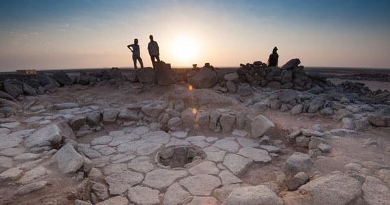 """Ludzie cieszą się chlebem znacznie dłużej, niż się do tej pory wydawało. Przekonuje o tym odkrycie, którego dokonano właśnie w północno-wschodniej Jordanii. Znaleziono tam nadpalone fragmenty chleba sprzed blisko 14,5 tysiąca lat. To nie jest szczególnie świeże pieczywo, ale skłania nas do świeżego spojrzenia na naszą historię. Pokazuje bowiem, że na tym terenie ludzie potrafili wypiekać chleb mniej więcej 4 tysiące lat wcześniej, niż - według dotychczasowych opinii - zajęli się rolnictwem. Pisze o tym w najnowszym numerze czasopismo """"Proceedings of the National Academy of Sciences""""."""