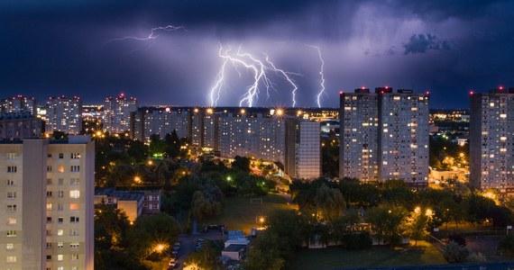 Instytut Meteorologii i Gospodarki Wodnej ostrzega przed burzami i intensywnymi opadami deszczu. Mogą wystąpić niemal w całej Polsce. Na rzekach w woj. wielkopolskim i łódzkim możliwy jest gwałtowny wzrost stanu wód.