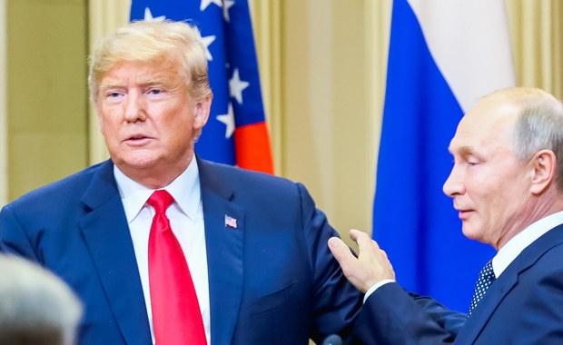 """Amerykańskie media nie zostawiają suchej nitki na Donaldzie Trumpie po jego poniedziałkowym spotkaniu i konferencji prasowej z Władimirem Putinem. Pojawiają się mocne stwierdzenia: """"osobista i narodowa kompromitacja"""", """"Trump wydaje się być osobliwie naiwny"""" i """"otwarcie zmawia się z Rosją"""". """"Amerykański prezydent położył się u stóp Putina"""" - stwierdza wtorkowy """"The New York Times""""."""