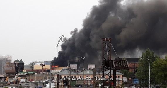 Na terenach dawnej Stoczni Gdańskiej we wtorek około południa wybuchł pożar. Ogień pojawił się w hali magazynowej, w której przechowywano lakiery i farby. Po ok. 3 godzinach pożar został ugaszony. Strażakom w akcji pomogła ulewa, która przeszła nad Gdańskiem.