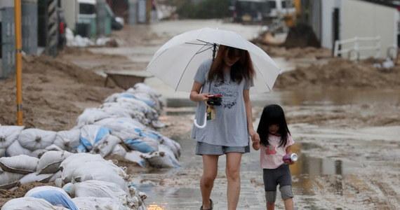 W wyniku ulewnych deszczy, powodzi i lawin błotnych, z którymi od prawie dwóch tygodni zmaga się Japonia, zniszczonych zostało już 270 szkół - podało japońskie ministerstwo oświaty. Bilans ofiar śmiertelnych klęski żywiołowej wzrósł do 223 osób. Ponadto w zachodnich prefekturach Okayama, Hiroszima i Ehime, gdzie zginęła większość ofiar powodzi, około 150 szkół zostało zamkniętych. W wielu z nich wznowienie zajęć jest obecnie niemożliwe.