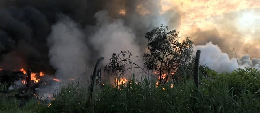 Podpalacze nielegalnego składowiska opon w małopolskiej Trzebini usłyszeli zarzuty spowodowania pożaru zagrażającego życiu lub zdrowiu wielu osób. Podejrzani to były i czynny strażak OSP.