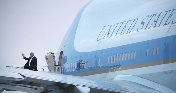 """""""Nowy samolot prezydencki, którego produkcją zajmuje się Boeing, będzie niesamowity"""" - powiedział Donald Trump w wywiadzie dla CBS. Jak dodał, Air Force One, będzie """"najpiękniejszy i najlepszy na świecie"""". Pytany o szczegóły, amerykański prezydent podkreślił, że  chciałby, aby samolot, na pokładzie którego podróżuje prezydent Stanów Zjednoczonych, był bardziej kolorowy niż obecnie. """"Ma być czerwono-biało-niebieski. Myślę, że to najwłaściwsze, bo odpowiada kolorom amerykańskiej flagi"""" - tłumaczył."""