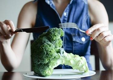Jedzmy brokuły, przyprawiajmy kurkumą i przepijajmy zieloną herbatą. To dieta przeciw nowotworom