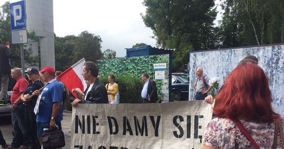 """W środę o poranku przed Sejmem zebrała się grupa przedstawicieli Obywateli RP, KOD-u i Strajku Kobiet. To manifestacja pod hasłem """"Wiec na zakazanej ziemi"""". Na Wiejskiej pojawiło się kilkaset osób"""