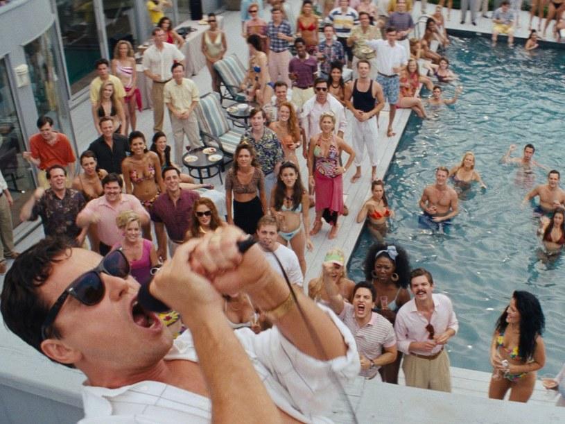 """17 grudnia 2013 roku odbył się premierowy pokaz """"Wilka z Wall Street"""" Martina Scorsese. Trzygodzinny obraz przedstawiał losy Jordana Belforta, maklera giełdowego, który przed ukończeniem trzydziestego roku życia został milionerem dzięki nielegalnym operacjom na giełdzie. Zanim został aresztowany, zasłynął z dzikich imprez i zamiłowania do narkotyków."""